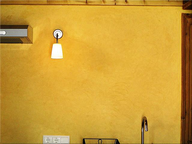 The Tadelakt wall finish in oxide yellow